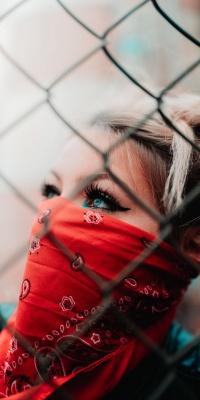 دختر-حصار-قرمز