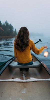 دختر-قایق-دریاچه