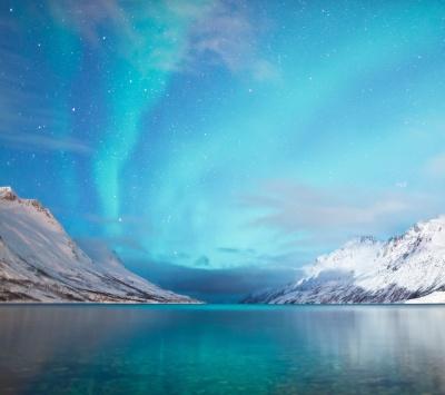 کوهستان-برف-برفی-زمستان-آسمان-آبی-دریا-ساحل